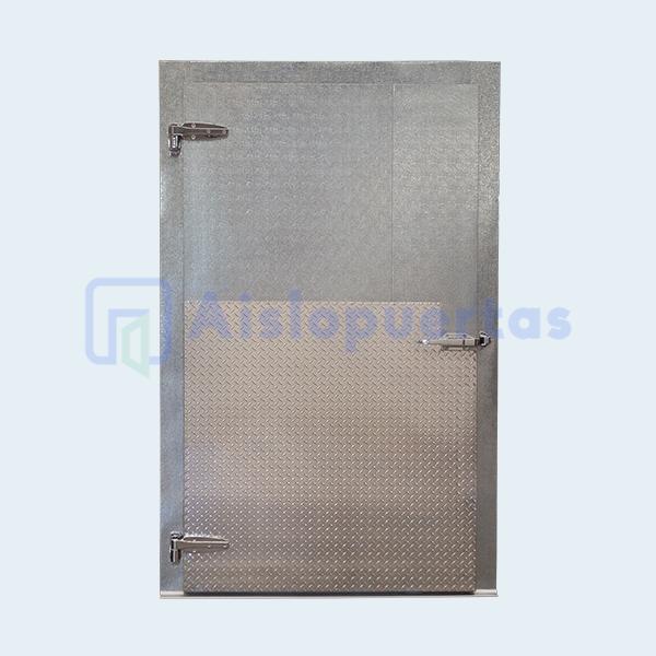 Puerta abatible de aluminio estucado con placa de protección.