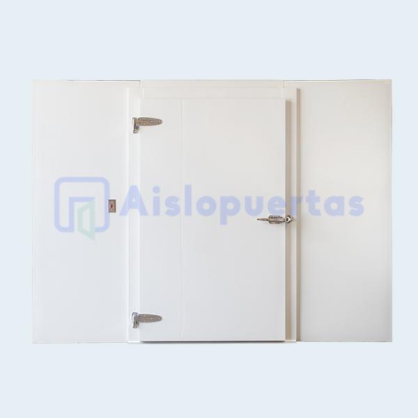 Puerta abatible en cámara de refrigeración