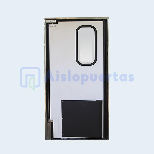 Puerta de impacto, en color blanco, con bumper y bisagra de acero inox.